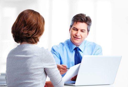 עורך דין לדיני נזיקין בפגישה עם לקוחה