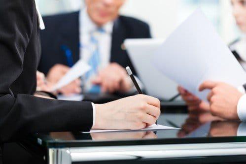 עורך דין לדיני מקרקעין בפגישה עם לקוחות