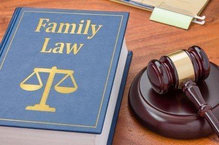 ספר חוקים בדיני משפחה ופטיש של שופט