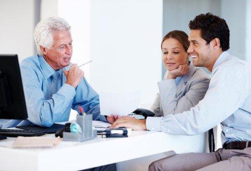 עורך דין בפגישה עם לקוחות