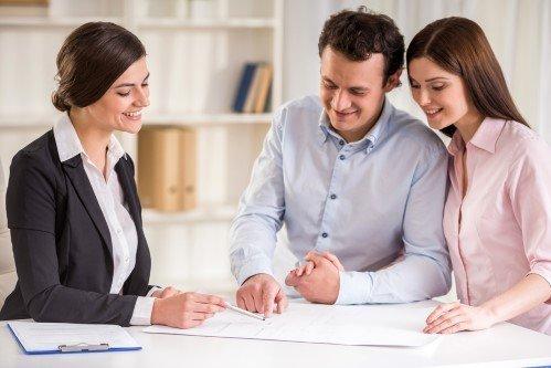 עורכת דין ארנונה עם לקוחות
