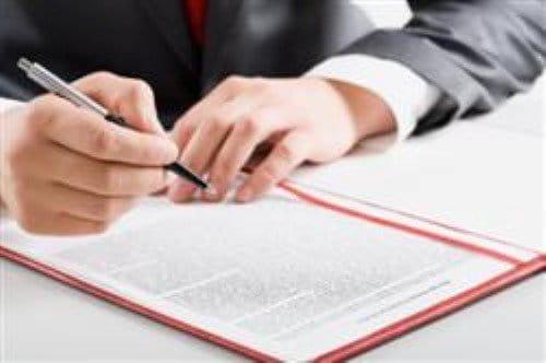 עורך דין פלילי עובד על תיק