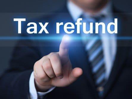 אדם מצביע על המילים החזר מס