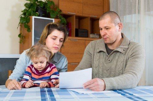 זוג עם ילדים בודקים את נקודות הזכות שיש להם במס הכנסה