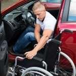 בחור שנעזר בכיסא גלגלים יורד מהרכב
