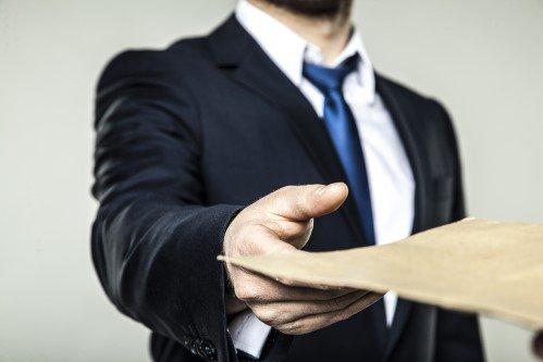 כונס נכסים רשמי מגיש טופס של הוצאה לפועל