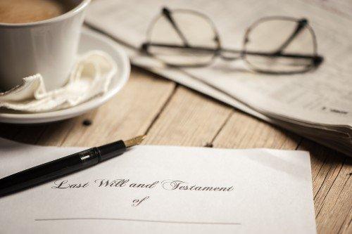 צו קיום צוואה, עט ומשקפיים
