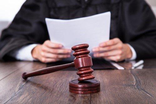שופט קורא מסמכים של תביעה ייצוגית