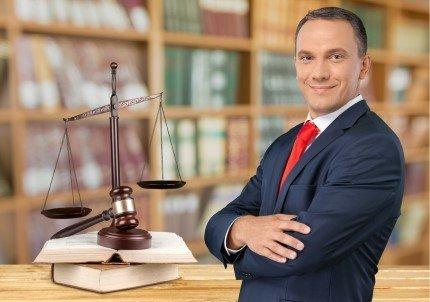 עורך דין מקרקעין בירושלים עומד בידיים שלובות
