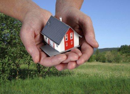 אדם רוכש קרקע חקלאית