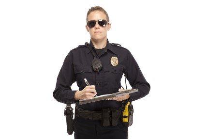 שוטרת נותנת דוח תנועה