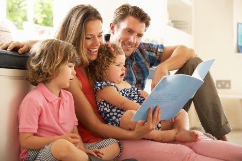 הורים, ילדים קוראים בספר