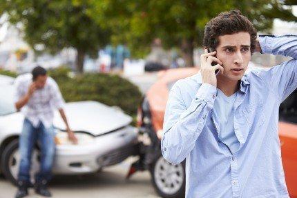 אדם שהיה מעורב בתאונת דרכים מתקשר לדווח על כך