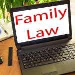 מחשב פתוח שכתוב עליו חוקי משפחה
