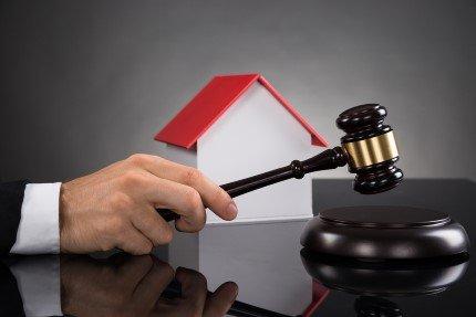 דגם של בית בבית ממשפט בתביעת ליקוי בנייה